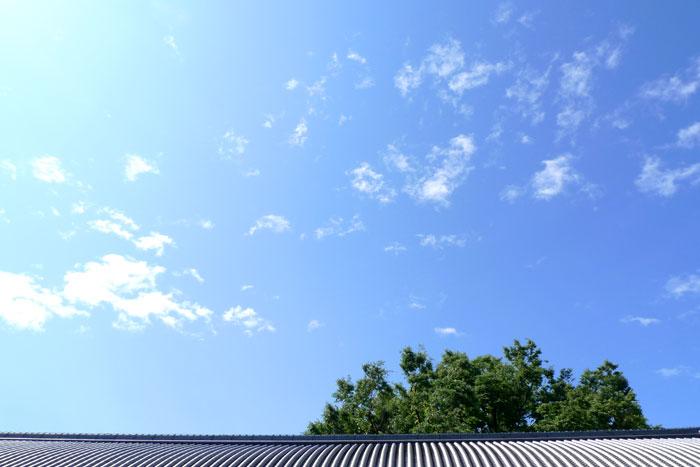 西本願寺の瓦と雲と空