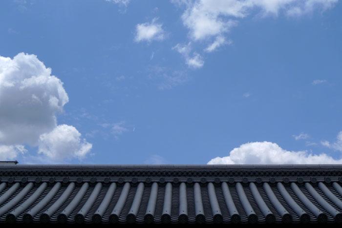 東本願寺の瓦と雲と空