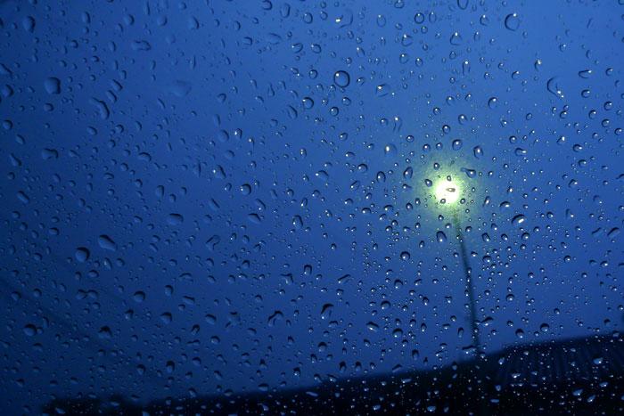夜のビニル傘