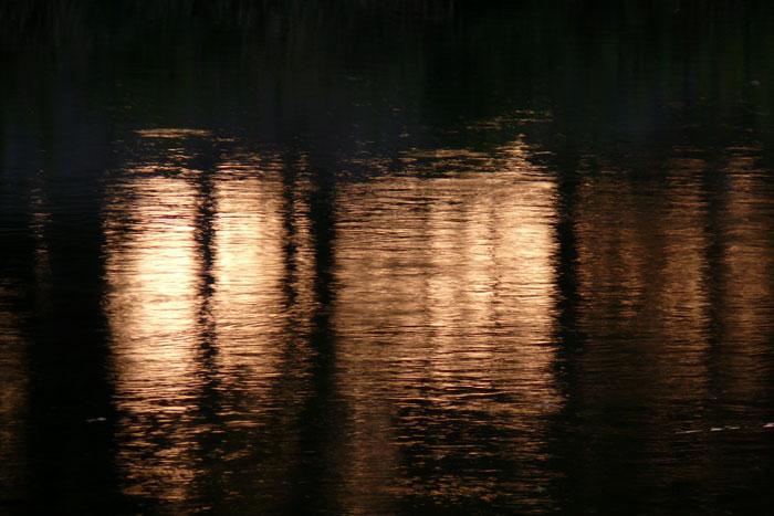 水面の夕暮れ